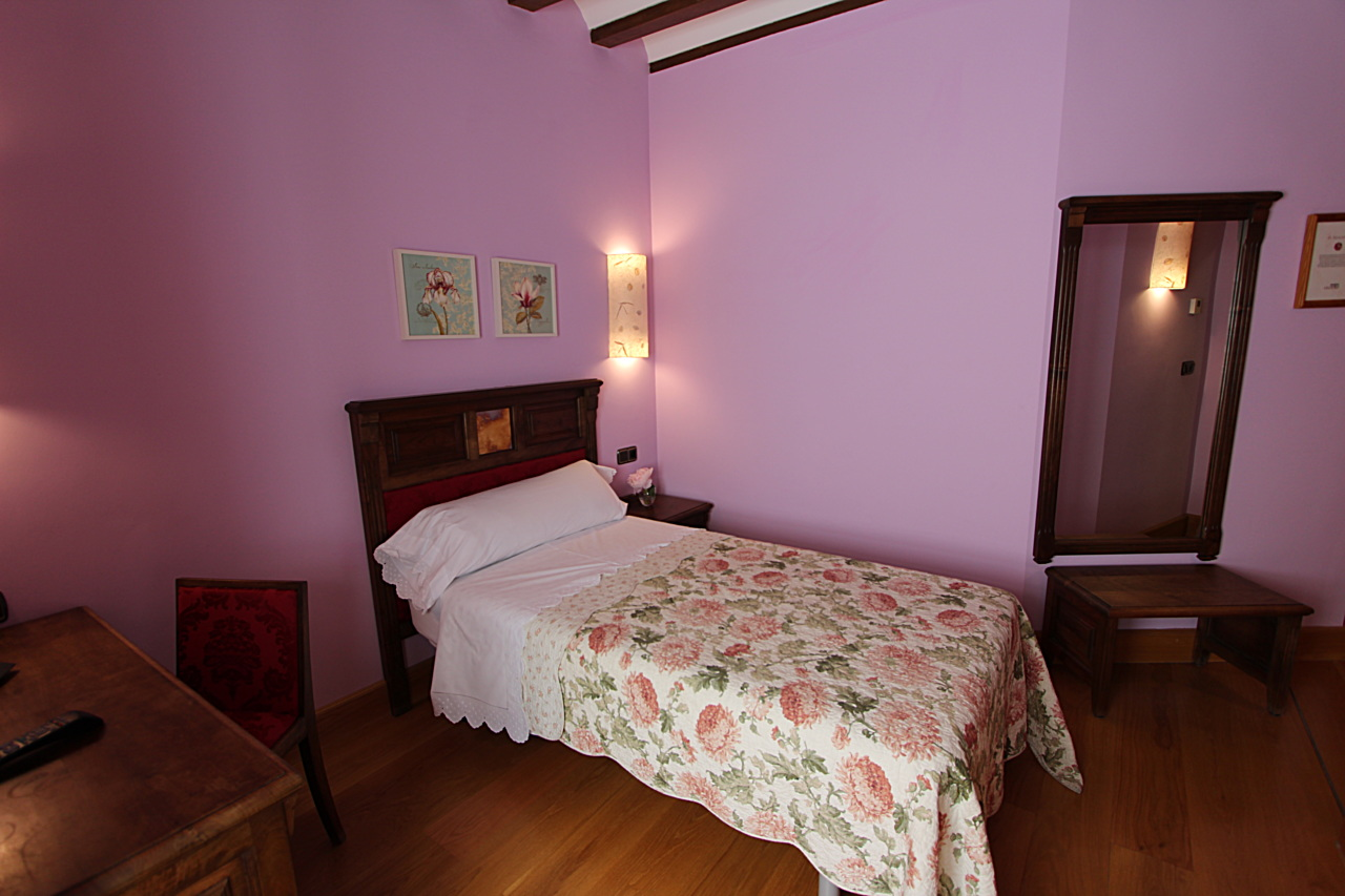 bedrooms with bathroom inside in Palencia