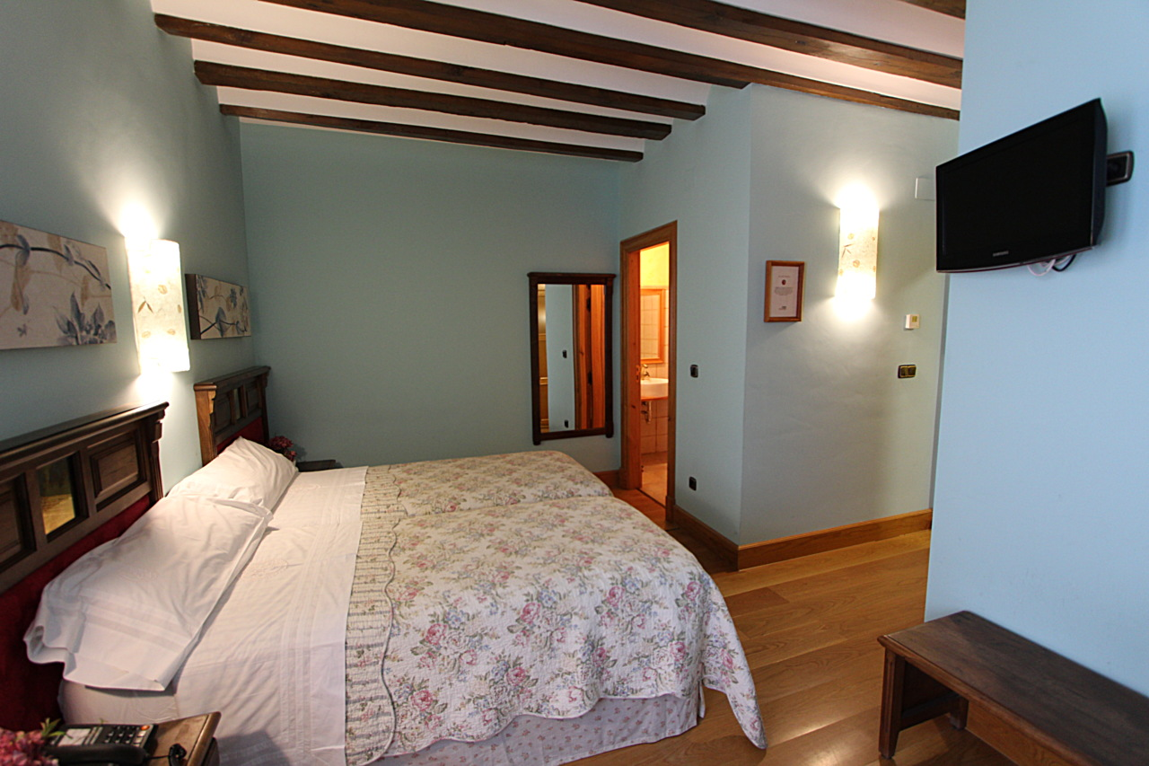 large bedroom in herrera de valdecañas