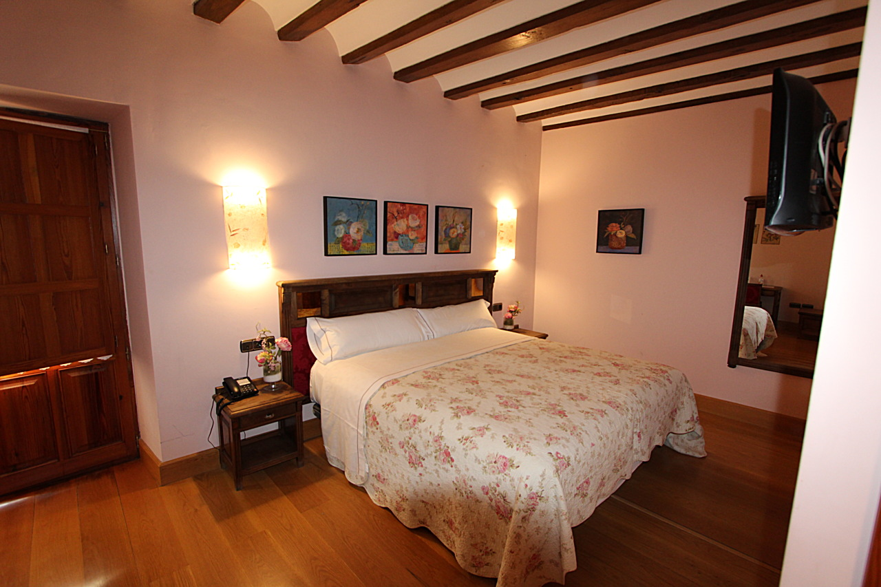 double bedroom with bathroom and breakfast in Palencia